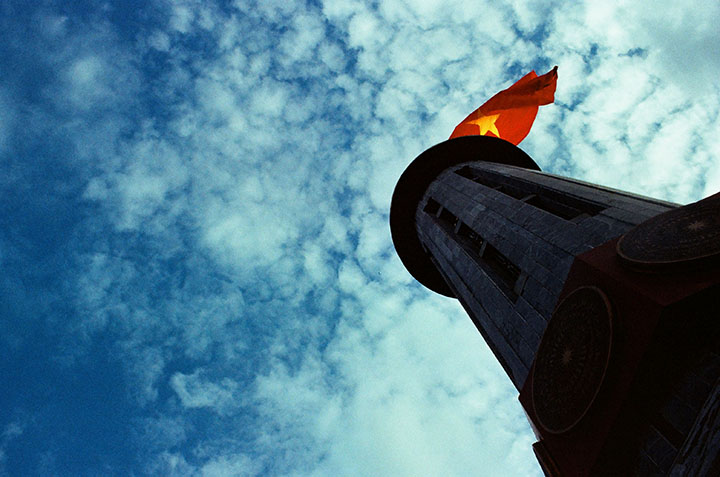 Bên cột cờ